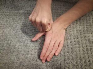 ból kciuka 300x225 - Ból kciuka - dlaczego używanie telefonów komórkowych niszczy stawy naszego kciuka