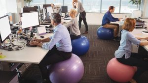 siedzenia napilce 300x169 - Siedzenie napiłce- czyrzeczywiście jest korzystne dla kręgosłupa?