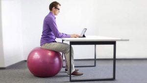 siedzenie napilce 300x169 - Siedzenie napiłce- czyrzeczywiście jest korzystne dla kręgosłupa?